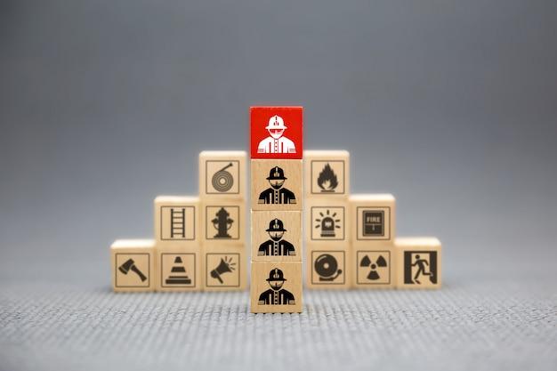 Bloco de madeira com ícone bombeiro para incêndio e segurança.