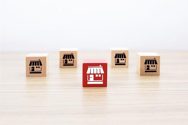 Bloco de madeira com loja de ícones de negócios de franquia