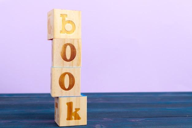 Bloco de madeira do cubo com alfabeto, construindo o livro da palavra