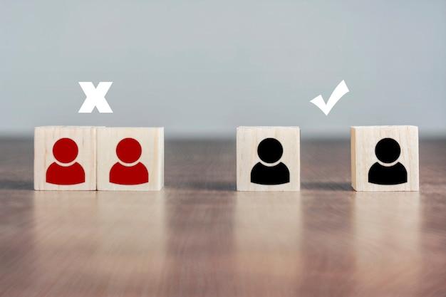 Bloco de madeira do ícone de distanciamento social sinal de certo e errado