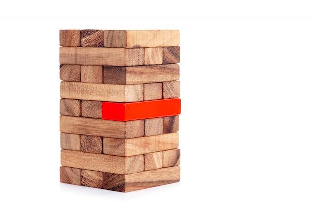 Bloco de madeira empilhado e bloco vermelho. conceito de liderança, trabalho em equipe e diferente.