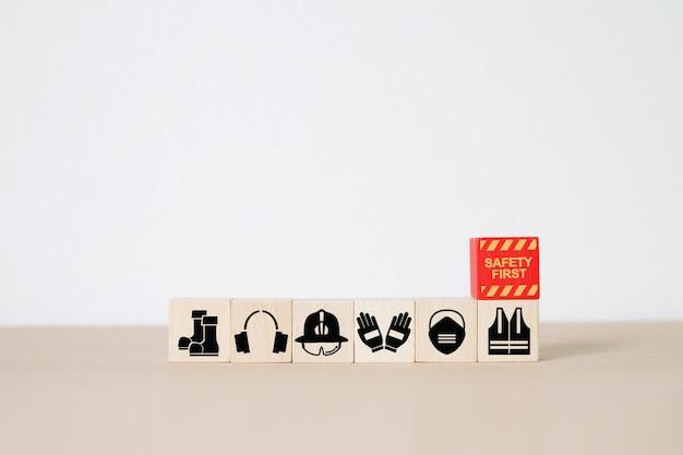 Bloco de madeira, empilhamento com ícones de fogo e segurança.