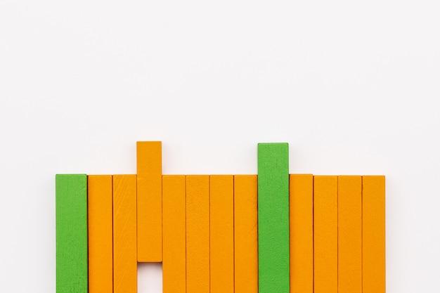 Bloco de madeira que compartilha da ideia no fundo branco, uma comunicação e uma ideia da partilha
