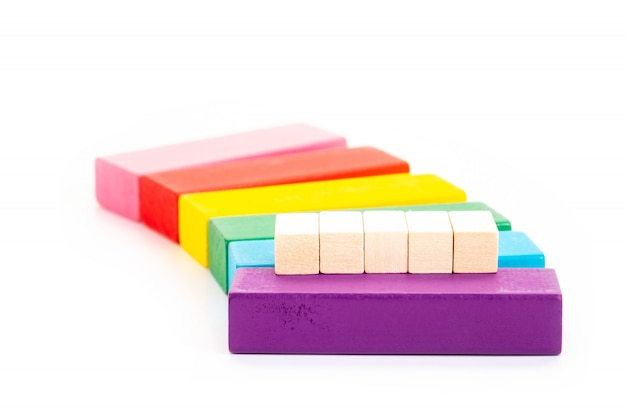 Bloco de madeira vazio e bloco de madeira colorido sobre fundo branco