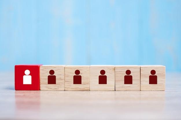 Bloco de madeira vermelho com ícone de pessoa branca no edifício