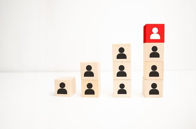 Bloco de madeira vermelho com seta voltada para o indivíduo apontando de forma diferente no fundo azul, ícone de negócios para solução inovadora, único, pense diferente e conceito individual.