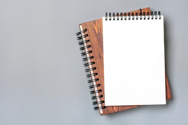 Bloco de notas aberto e caderno espiral isolado