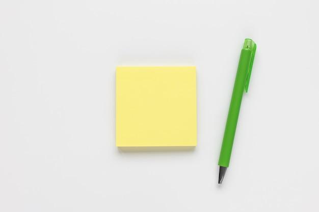 Bloco de notas amarelo autocolante ou nota adesiva e caneta