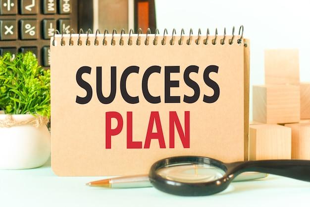 Bloco de notas artesanal colorido com o texto plano de sucesso