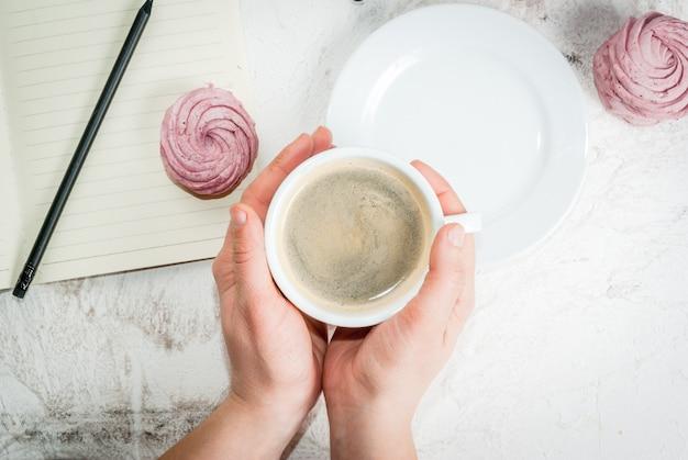 Bloco de notas, bolos e café, romântico