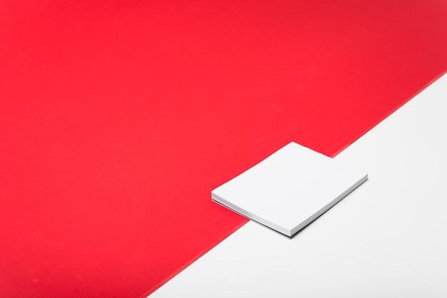 Bloco de notas branco em branco na mesa de luz