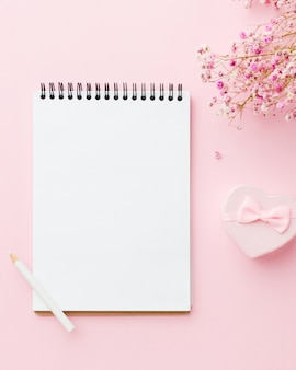 Bloco de notas branco vazio e flores vista superior
