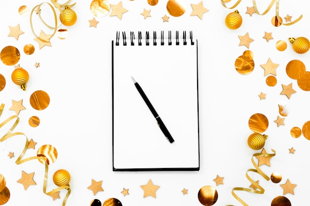 Bloco de notas branco vazio espiral no fundo festivo do natal.