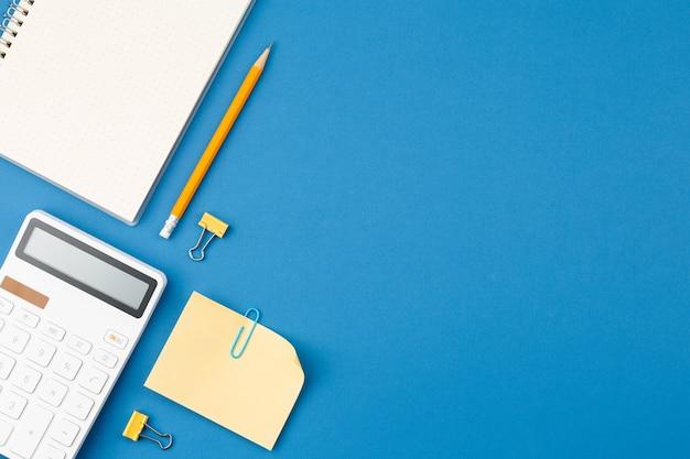 Bloco de notas, calculadora, lápis, folha de notas, mesa de escritório