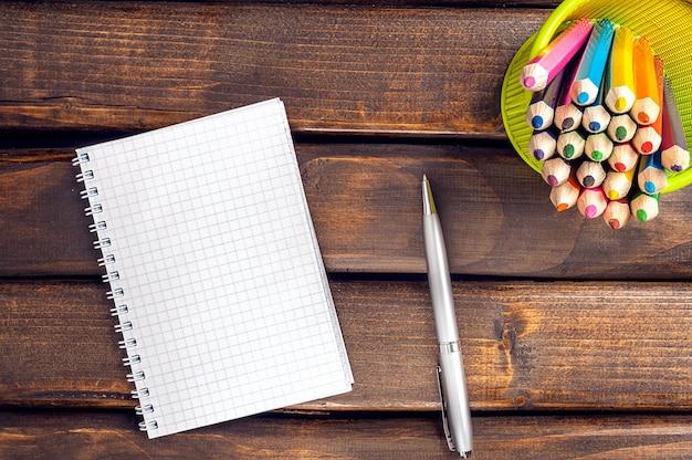 Bloco de notas, caneta, lápis.