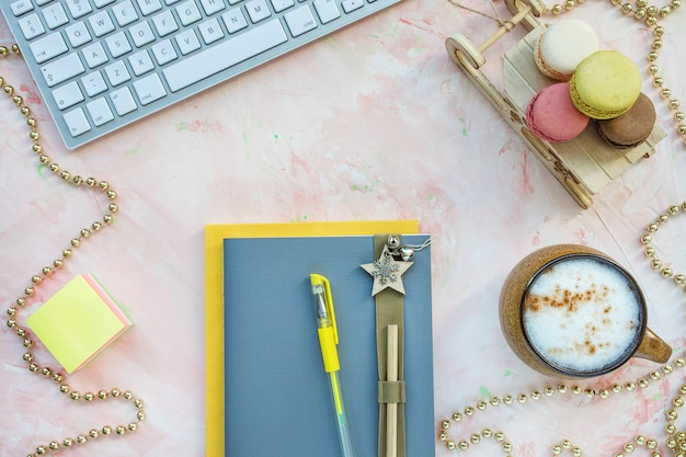 Bloco de notas, caneta, teclado e café. espaço de trabalho de natal