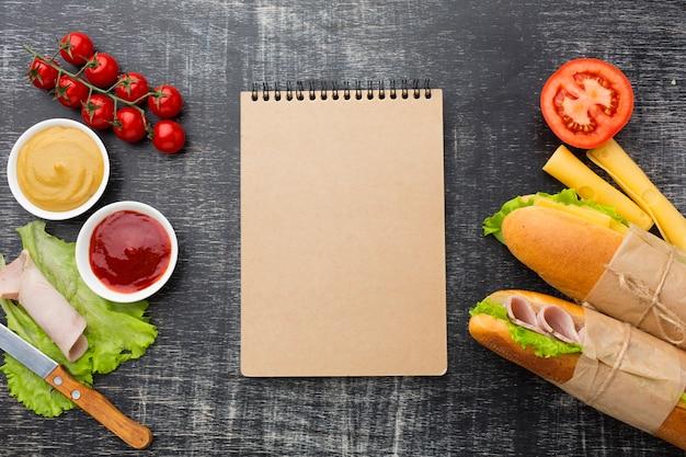 Bloco de notas cercado por comida