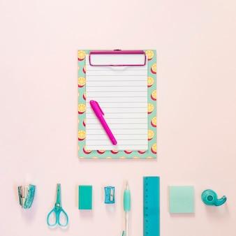 Bloco de notas colorido com material escolar