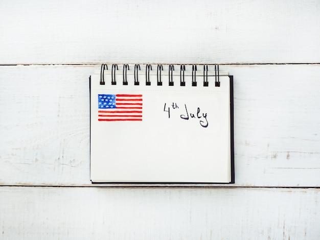 Bloco de notas com a inscrição 4 de julho