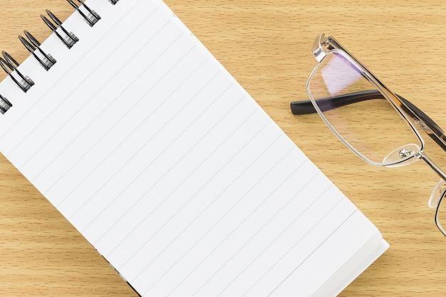 Bloco de notas com a página em branco