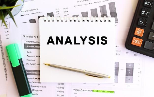 Bloco de notas com análise de texto em um fundo branco. conceito de negócios.