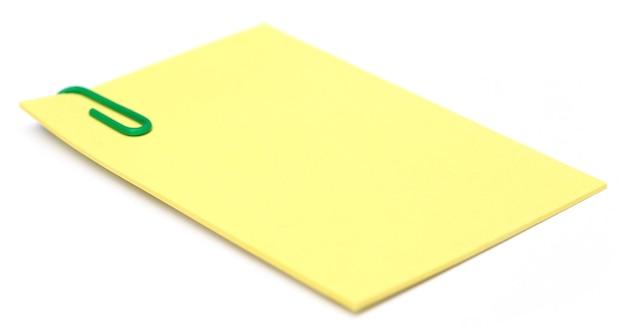 Bloco de notas com clipe de papel sobre fundo branco
