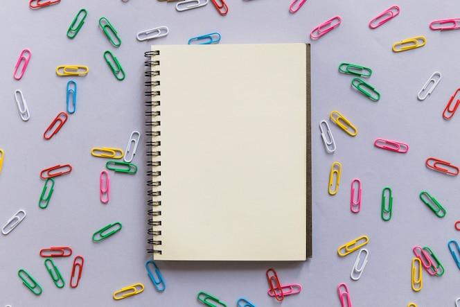 Bloco de notas com clipes de papel