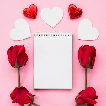 Bloco de notas com conjunto de corações e flores de ornamento
