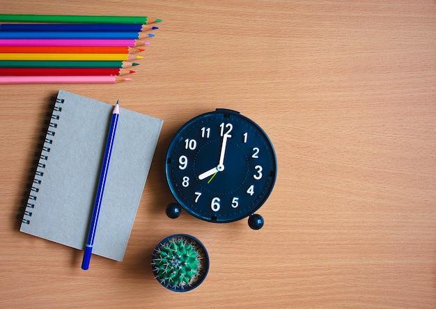Bloco de notas com lápis na placa de madeira