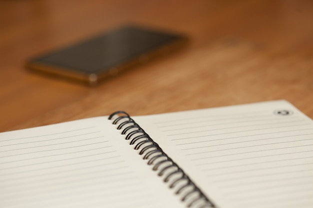 Bloco de notas com mola em uma mesa de madeira
