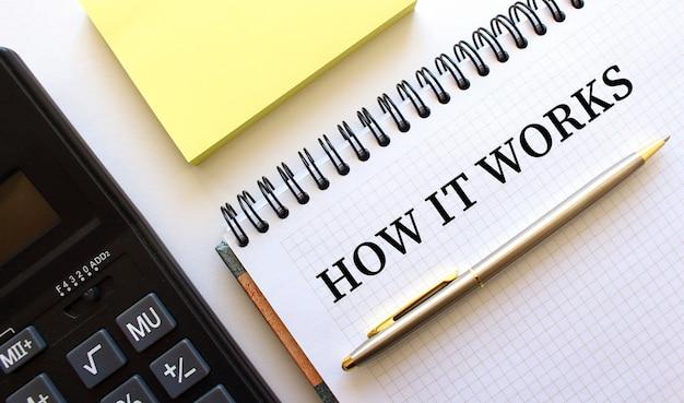 Bloco de notas com o texto como funciona, ao lado está uma calculadora