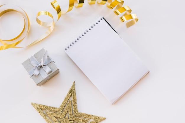 Bloco de notas com pequena caixa de presente