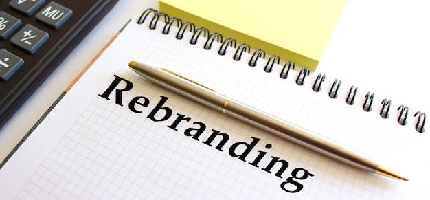 Bloco de notas com texto rebranding. conceito de negócios.
