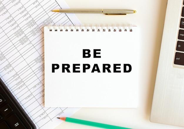 Bloco de notas com texto seja preparado em um fundo branco. conceito de negócios.