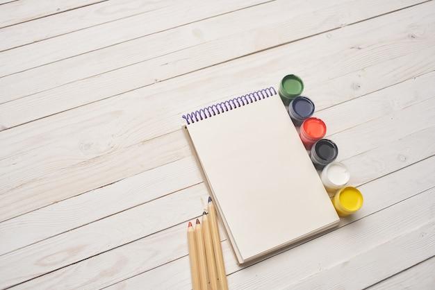 Bloco de notas com tinta aquarela desenho passatempo do artista