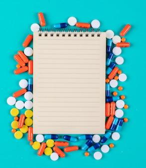 Bloco de notas da vista do close-up com comprimidos