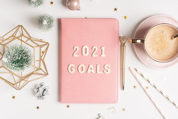 Bloco de notas de mesa de natal com texto de 2021 letras de objetivos.