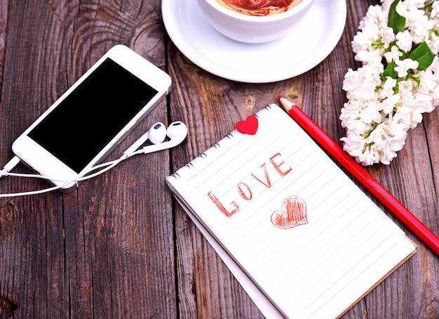 Bloco de notas de papel com a inscrição amor