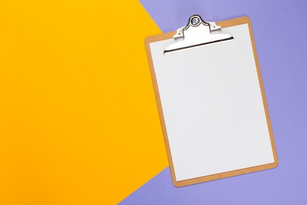 Bloco de notas de papel em branco na bicolor brilhante
