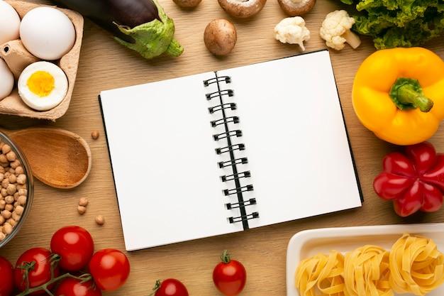 Bloco de notas de planejamento de refeição e arranjo alimentar