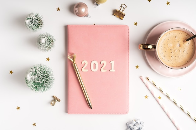 Bloco de notas desktop de natal com texto de 2021 letras