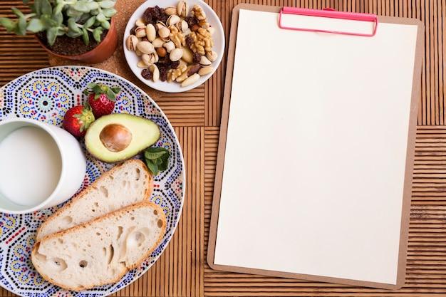 Bloco de notas e alimentos saudáveis de vista superior