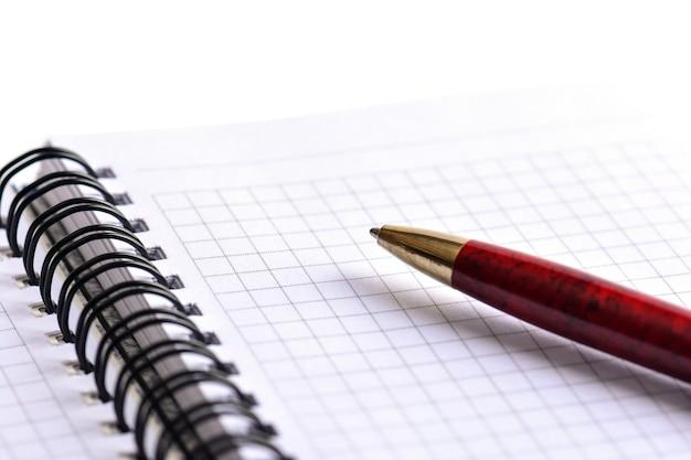 Bloco de notas e caneta em fundo branco