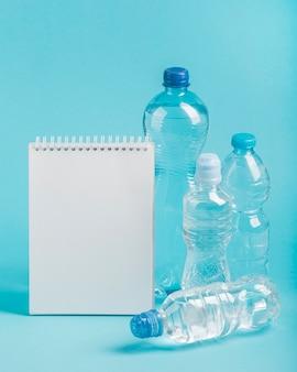 Bloco de notas e garrafas de água com gás
