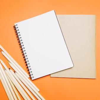 Bloco de notas e lápis em vermelho