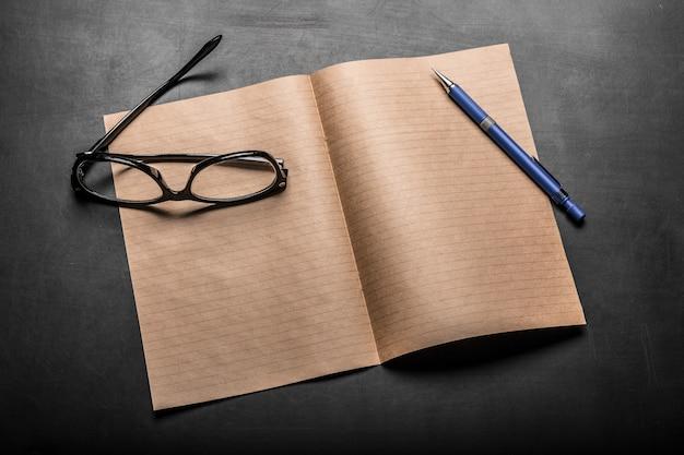 Bloco de notas e lápis
