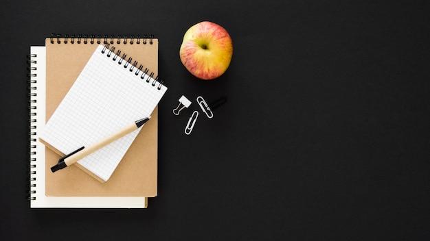 Bloco de notas e maçã conceito do dia do professor feliz
