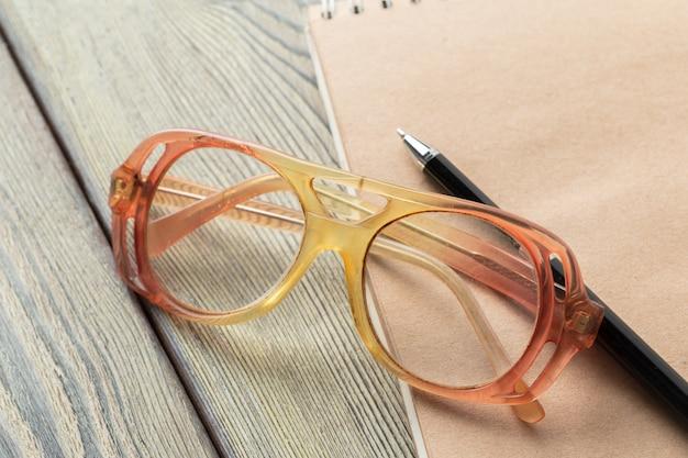 Bloco de notas e óculos na mesa