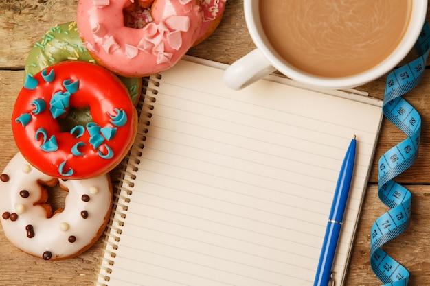 Bloco de notas e rosquinhas coloridas
