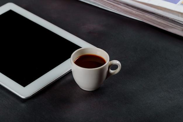 Bloco de notas e xícara de café expresso na mesa de madeira de escritório